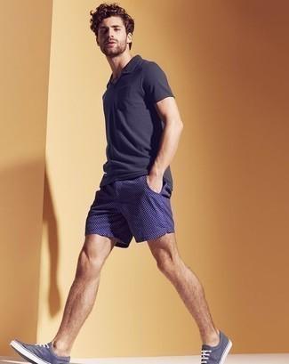 Combinar unos tenis de lona azul marino: Utiliza una camisa polo azul marino y unos pantalones cortos a cuadros azul marino para cualquier sorpresa que haya en el día. Tenis de lona azul marino son una opción perfecta para completar este atuendo.