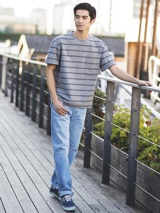 Cómo combinar: tenis de lona azul marino, vaqueros celestes, camiseta con cuello circular de rayas horizontales gris