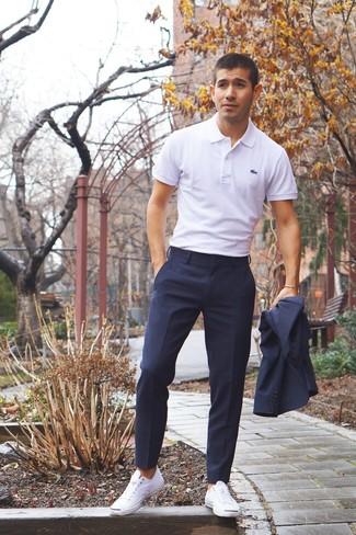 Cómo combinar: tenis de lona blancos, camisa polo blanca, traje azul marino