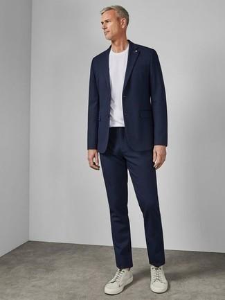Combinar un traje azul marino: Si buscas un estilo adecuado y a la moda, intenta combinar un traje azul marino con una camiseta con cuello circular blanca. ¿Quieres elegir un zapato informal? Elige un par de tenis de lona blancos para el día.