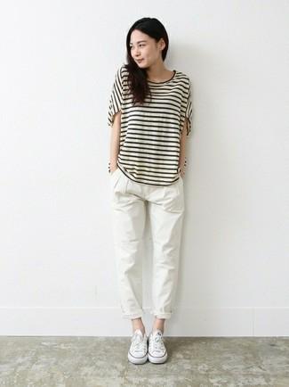 Cómo combinar: tenis de lona blancos, pantalón chino blanco, camiseta con cuello circular de rayas horizontales en blanco y negro