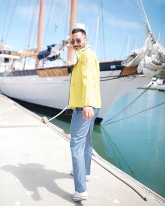 Cómo combinar: tenis de lona blancos, pantalón chino celeste, chubasquero amarillo