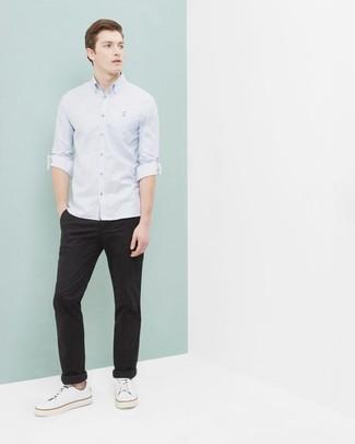 Cómo combinar: tenis de lona blancos, pantalón chino negro, camisa de manga larga celeste