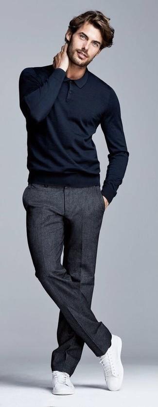 Cómo combinar: tenis de lona blancos, pantalón de vestir de lana en gris oscuro, polo de manga larga negro