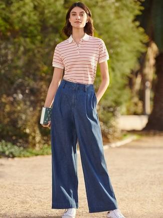 Cómo combinar: tenis de lona blancos, pantalones anchos vaqueros azul marino, camisa polo de rayas horizontales en blanco y rojo