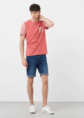 Cómo combinar: tenis de lona blancos, pantalones cortos vaqueros azules, camiseta con cuello circular rosada