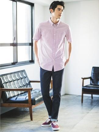 Cómo combinar: tenis de lona burdeos, vaqueros azul marino, camisa de manga corta de rayas verticales en blanco y rojo