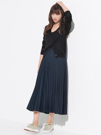 Cómo combinar: tenis de lona en beige, falda midi plisada azul marino, cárdigan negro
