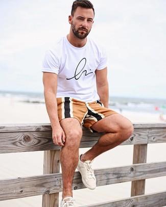 Cómo combinar: tenis de lona en beige, pantalones cortos en multicolor, camiseta con cuello circular estampada en blanco y negro