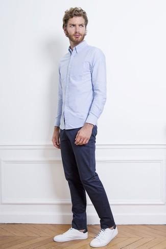 Combinar una camisa de manga larga celeste: Elige una camisa de manga larga celeste y un pantalón chino azul marino para un look diario sin parecer demasiado arreglada. Tenis de lona en blanco y azul marino resaltaran una combinación tan clásico.