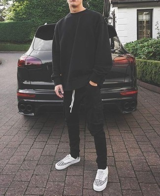 Combinar un pantalón cargo negro: Considera ponerse una sudadera negra y un pantalón cargo negro para lidiar sin esfuerzo con lo que sea que te traiga el día. Tenis de lona estampados en blanco y negro son una opción perfecta para completar este atuendo.