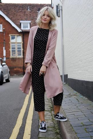 Cómo combinar: tenis de lona en negro y blanco, mono a lunares en negro y blanco, abrigo duster rosado