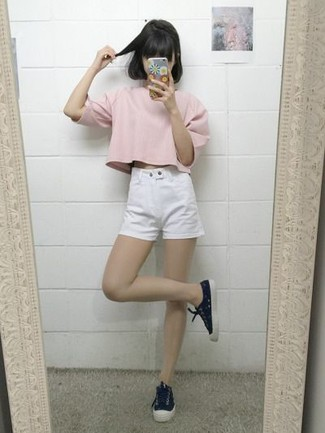 Cómo combinar: tenis de lona negros, pantalones cortos vaqueros blancos, camiseta con cuello circular rosada
