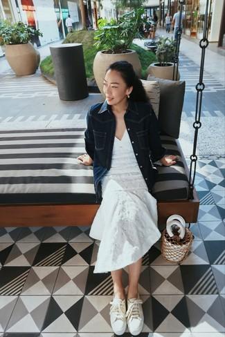 Combinar una mochila con cordón de cuero blanca: Un vestido midi de encaje blanco y una mochila con cordón de cuero blanca son una opción buena para el fin de semana. Completa el look con tenis de lona en beige.