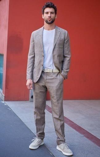 Combinar unos tenis de lona en beige: Si buscas un look en tendencia pero clásico, opta por un traje de lino en beige y una camiseta con cuello circular blanca. Tenis de lona en beige darán un toque desenfadado al conjunto.