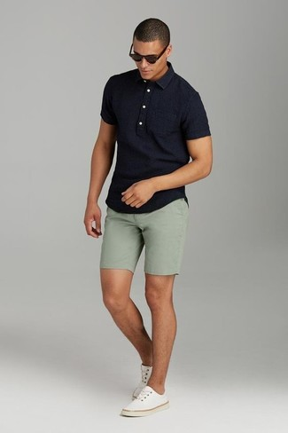 Cómo combinar: gafas de sol en marrón oscuro, tenis de lona en beige, pantalones cortos verde oliva, camisa polo negra