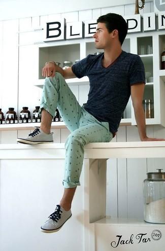 Combinar un pantalón chino en verde menta en clima caliente: Casa una camiseta con cuello en v azul marino junto a un pantalón chino en verde menta para conseguir una apariencia relajada pero elegante. Tenis de rayas verticales en blanco y azul marino son una opción inigualable para complementar tu atuendo.