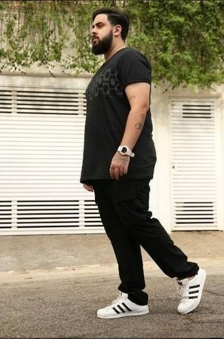 Combinar un pantalón cargo negro: Emparejar una camiseta con cuello circular estampada negra con un pantalón cargo negro es una opción buena para el fin de semana. Haz tenis de cuero en blanco y negro tu calzado para mostrar tu inteligencia sartorial.