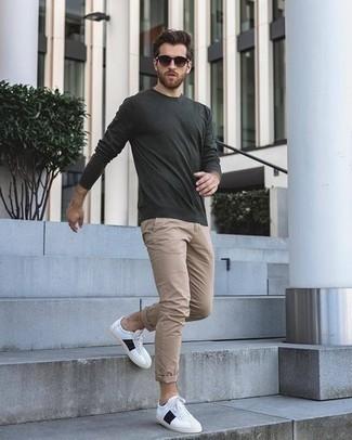 Combinar una camiseta de manga larga en gris oscuro: Elige una camiseta de manga larga en gris oscuro y un pantalón chino marrón claro para una vestimenta cómoda que queda muy bien junta. Tenis de cuero en blanco y negro son una opción excelente para completar este atuendo.