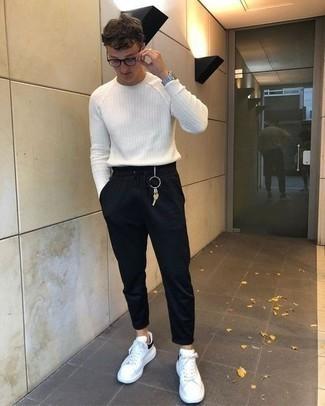 Combinar un jersey con cuello circular blanco: Usa un jersey con cuello circular blanco y un pantalón de chándal negro para un look diario sin parecer demasiado arreglada. Tenis de cuero en blanco y negro son una opción buena para completar este atuendo.