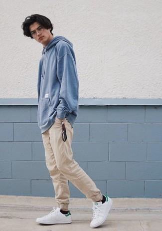 Combinar un pantalón chino en beige: Equípate una sudadera con capucha celeste junto a un pantalón chino en beige para lidiar sin esfuerzo con lo que sea que te traiga el día. Tenis de cuero en blanco y verde son una opción atractiva para complementar tu atuendo.
