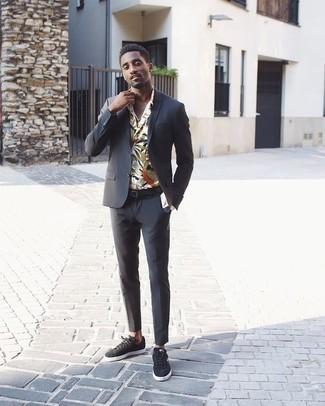 Combinar un traje: Considera ponerse un traje y una camisa de manga larga con print de flores blanca para un perfil clásico y refinado. ¿Te sientes valiente? Completa tu atuendo con tenis de ante en gris oscuro.