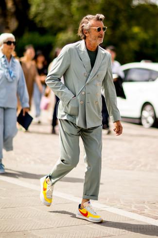 Outfits hombres: Si buscas un look en tendencia pero clásico, empareja un traje en verde menta junto a una camiseta con cuello circular verde oscuro. Si no quieres vestir totalmente formal, haz tenis en multicolor tu calzado.