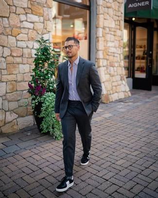 Combinar unos calcetines grises: Haz de un traje de lana en gris oscuro y unos calcetines grises tu atuendo para una vestimenta cómoda que queda muy bien junta. Tenis de cuero en negro y blanco son una opción estupenda para completar este atuendo.