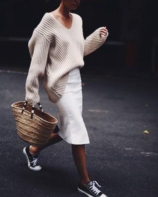Cómo combinar: bolsa tote de paja marrón claro, tenis en negro y blanco, falda lápiz blanca, jersey oversized de punto en beige