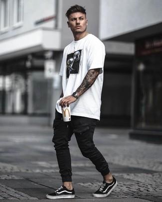 Combinar un pantalón cargo negro: Utiliza una camiseta con cuello circular estampada en blanco y negro y un pantalón cargo negro para un look agradable de fin de semana. ¿Te sientes valiente? Opta por un par de tenis de lona en negro y blanco.