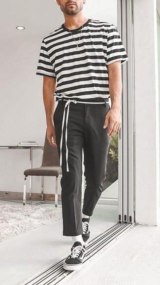 Combinar unos calcetines blancos: Usa una camiseta con cuello circular de rayas horizontales en negro y blanco y unos calcetines blancos para un look agradable de fin de semana. Activa tu modo fiera sartorial y haz de tenis de lona en negro y blanco tu calzado.