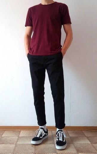 Combinar un pantalón chino negro: Haz de una camiseta con cuello circular burdeos y un pantalón chino negro tu atuendo para cualquier sorpresa que haya en el día. Tenis de lona en negro y blanco son una opción inigualable para completar este atuendo.