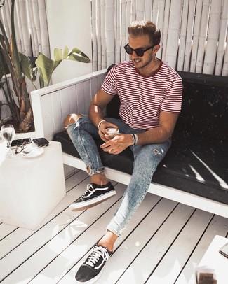 Cómo combinar: gafas de sol negras, tenis de lona en negro y blanco, vaqueros pitillo desgastados celestes, camiseta con cuello circular de rayas horizontales en blanco y rojo