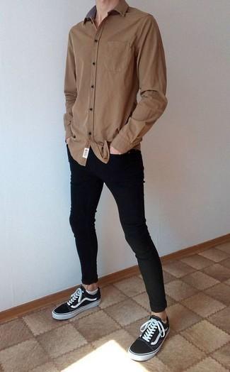 Combinar unos calcetines invisibles blancos: Casa una camisa de manga larga marrón junto a unos calcetines invisibles blancos transmitirán una vibra libre y relajada. Tenis de lona en negro y blanco dan un toque chic al instante incluso al look más informal.