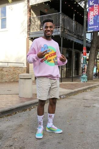 Cómo combinar: calcetines estampados blancos, tenis de lona en turquesa, pantalones cortos en beige, jersey con cuello circular estampado rosado