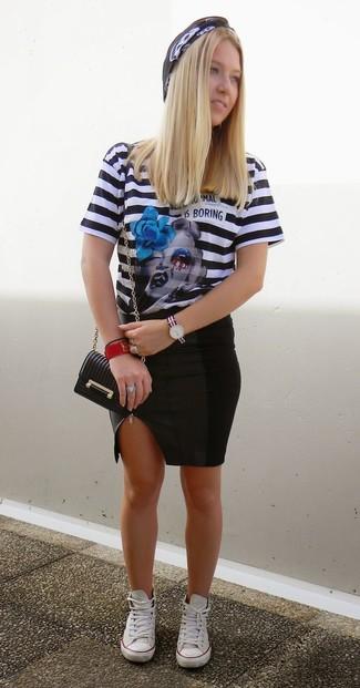 Cómo combinar: bolso bandolera de cuero negro, tenis blancos, falda lápiz de cuero negra, camiseta con cuello circular de rayas horizontales en negro y blanco