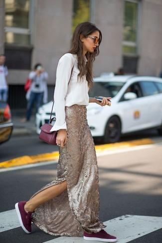 Cómo combinar: bolso bandolera de cuero burdeos, tenis de ante burdeos, falda larga de lentejuelas dorada, camisa de vestir blanca