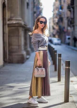 Cómo combinar: cartera de cuero plateada, tenis de cuero blancos, falda larga plisada dorada, cárdigan gris