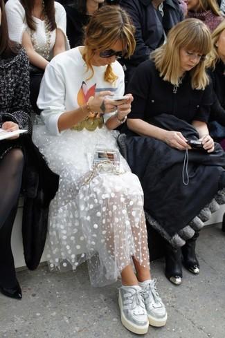 Cómo combinar: bolso bandolera transparente, tenis de cuero plateados, falda larga de tul a lunares blanca, sudadera estampada blanca