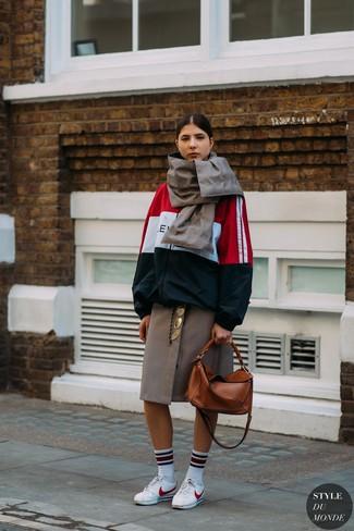 Cómo combinar: bolsa tote de cuero en tabaco, tenis de cuero blancos, falda midi a cuadros marrón, chubasquero en blanco y rojo y azul marino
