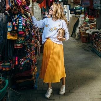 Cómo combinar: cartera sobre de paja marrón claro, tenis blancos, falda midi plisada amarilla, jersey con cuello circular con print de flores blanco