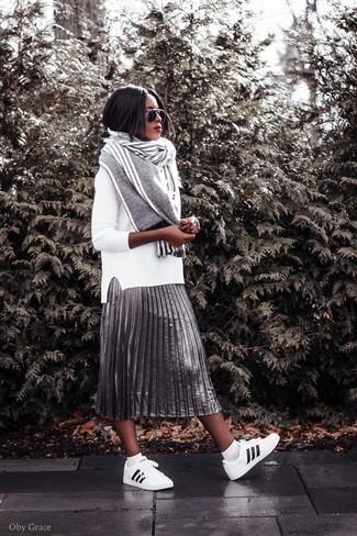Cómo combinar: bufanda de rayas verticales gris, tenis de cuero en blanco y negro, falda midi plisada plateada, jersey con cuello circular blanco