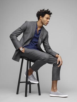 Cómo combinar: reloj de cuero negro, tenis de lona grises, camisa polo azul marino, traje gris