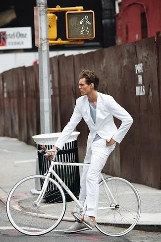 Combinar una camiseta con cuello en v gris: Usa una camiseta con cuello en v gris y un traje blanco para las 8 horas. ¿Quieres elegir un zapato informal? Elige un par de tenis grises para el día.