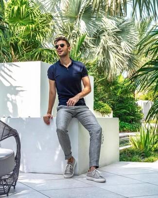 Cómo combinar: tenis grises, pantalón de vestir de lino gris, camisa polo azul marino