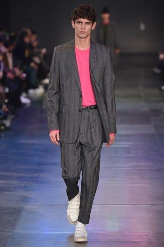Cómo combinar: correa de cuero negra, tenis de cuero blancos, jersey con cuello circular rosa, traje de rayas verticales gris