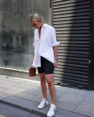 Cómo combinar: mochila con cordón de cuero marrón, tenis de cuero blancos, mallas ciclistas negras, camisa de vestir blanca