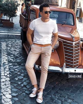 Cómo combinar: gafas de sol azul marino, tenis de lona marrón claro, pantalón chino en beige, camiseta con cuello circular blanca