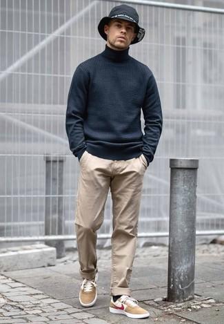 Cómo combinar: sombrero vaquero negro, tenis de ante marrón claro, pantalón chino marrón claro, jersey de cuello alto negro
