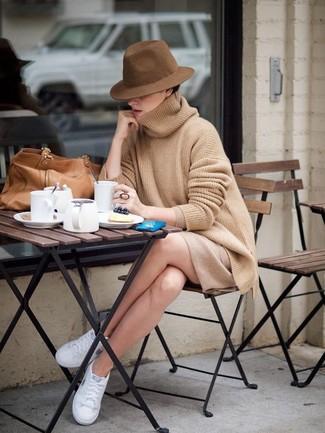 Cómo combinar: bolsa tote de cuero marrón claro, tenis blancos, minifalda marrón claro, jersey oversized marrón claro